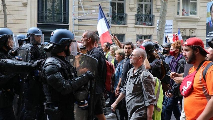 Fransa'da aşı karşıtlarına saldırı